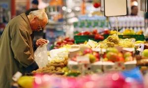 anziano_supermercato_mele_noci_furto